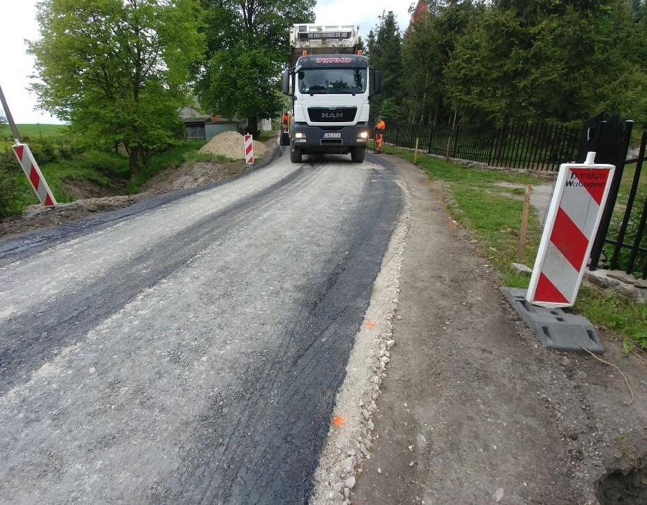 Prace budowlane związane z przebudową drogi
