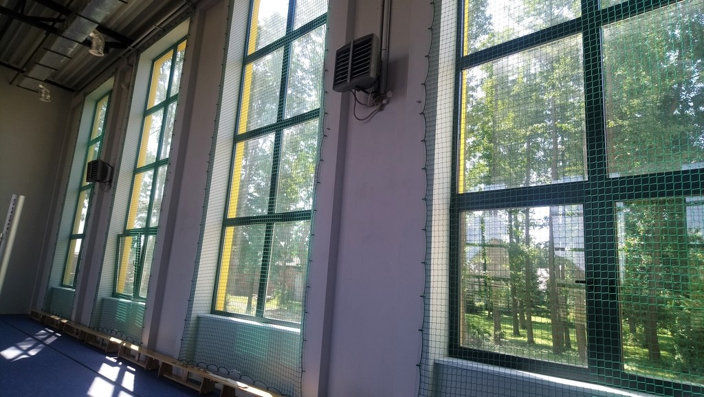 Zabezpieczenie okien w sali sportowej