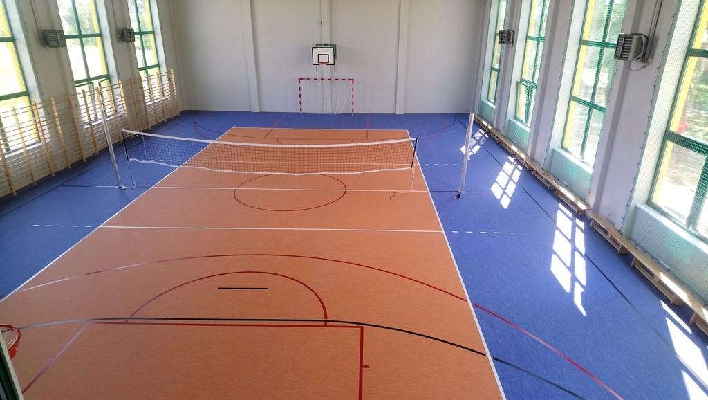 Wnętrze sali sportowej wraz z wyposażeniem