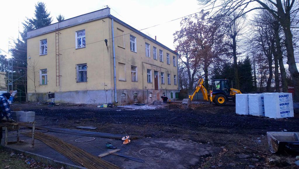 Prace przed budynkiem