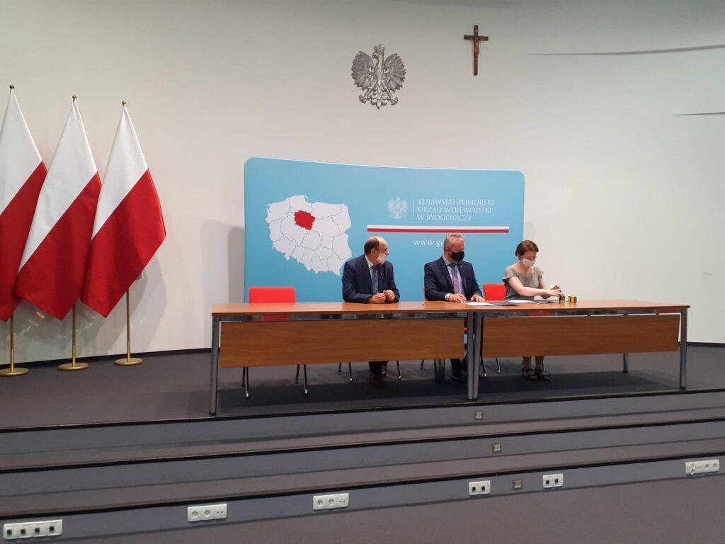Zdjęcie z podpisania umowy - Wojewoda, Wójt, Skarbnik.