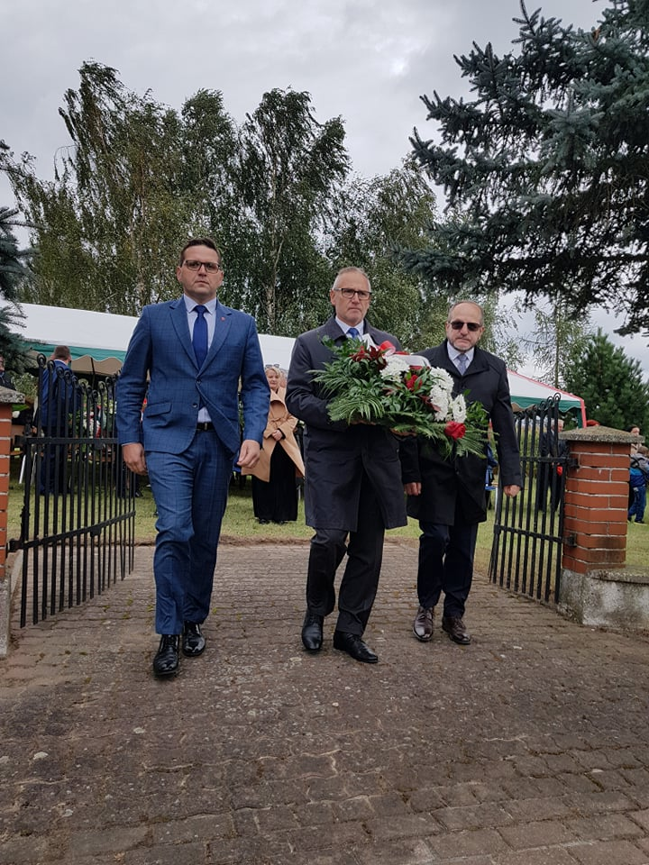 Przedstawiciele Powiatu Wąbrzeskiego podczas składania kwiatów.