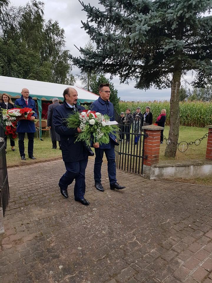 Przedstawiciele Samorządów podczas składania kwiatów.