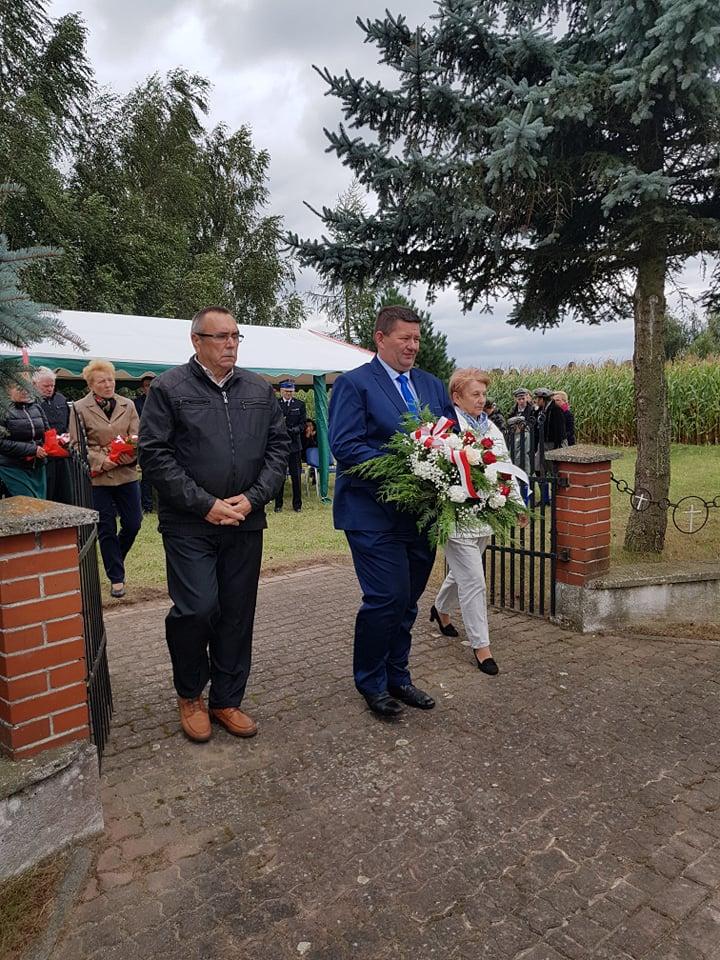 Przedstawiciele Rady Gminy Dębowa Łąka podczas składania kwiatów.